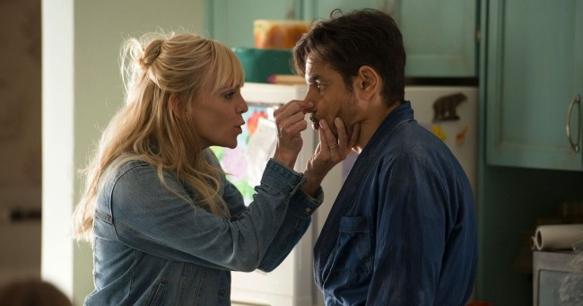 Anna Faris dives into fake marriage in new<em>Overboard</em> trailer
