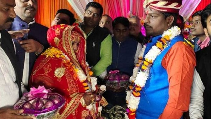 India: Pair in Varanasi shares onion garlands at celebrations, twitter users couldn't control their sentiments