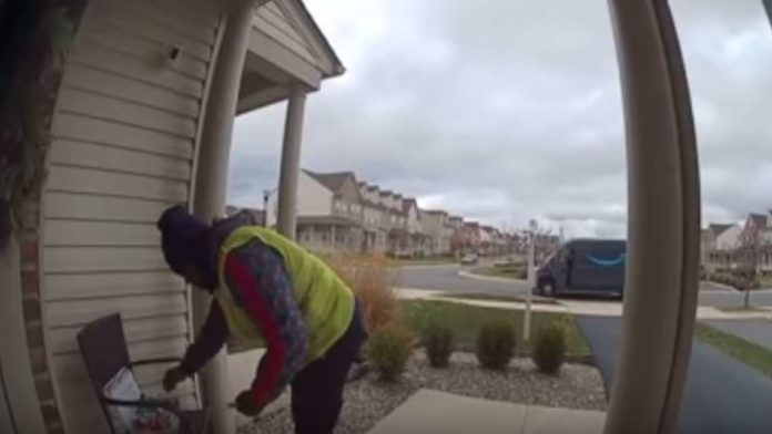 USA: Landlord puts gifts to the Amazon delivery person, and his reaction is going to make your day
